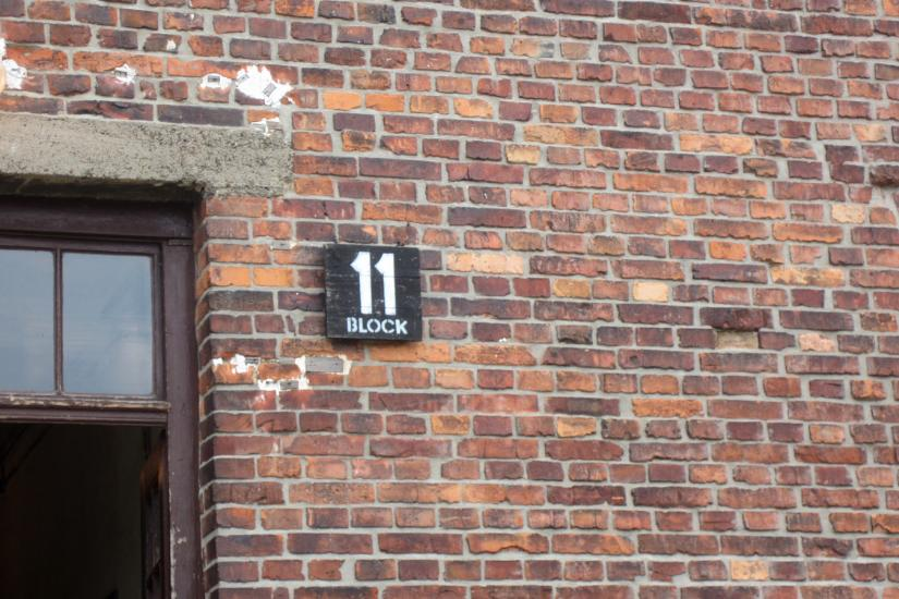 Schild Block 11 in Auschwitz